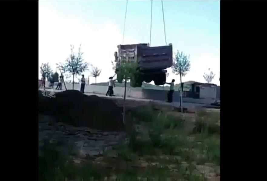 عدم رعایت ایمنی در عملیات حمل یک ماشین آلات عمرانی